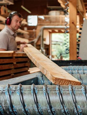 Millimetergenauer Detailzuschnitt als Serviceleistung von Holz Gar in Aumühle südlich von München.