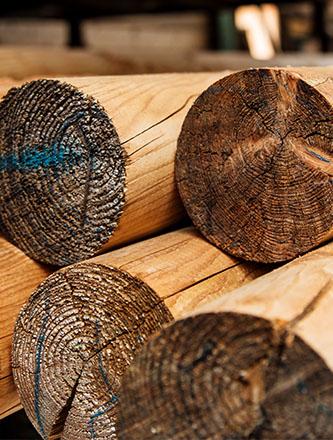 Bauholz auf Lager bei Holz Gar in Aumühle südlich von München.