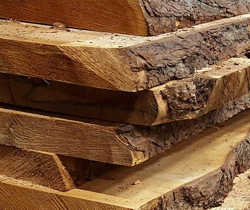 Holz der Zirbelkiefer mit Rinde bei Holz Gar in Aumühle südlich von München.