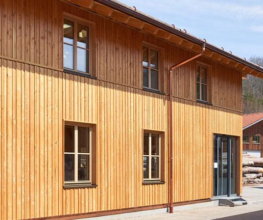 Moderne Fassade aus Holz bei Holz Gar in Aumühle südlich von München.