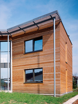 Fassade aus Rhombusleisten von Holz Gar in Aumühle südlich von München.
