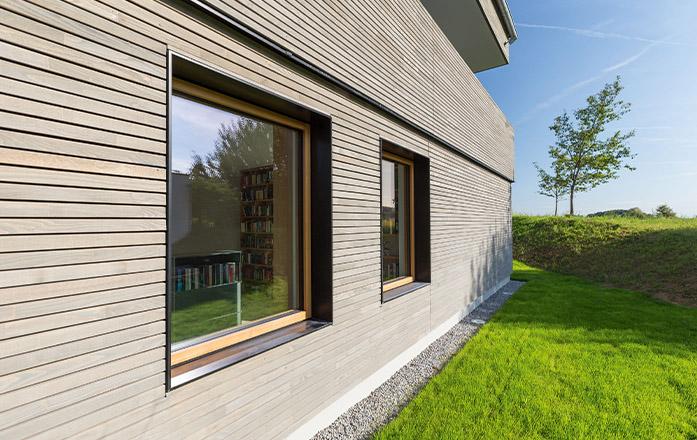 Moderne Holzfassade von Holz Gar in Aumühle südlich von München.