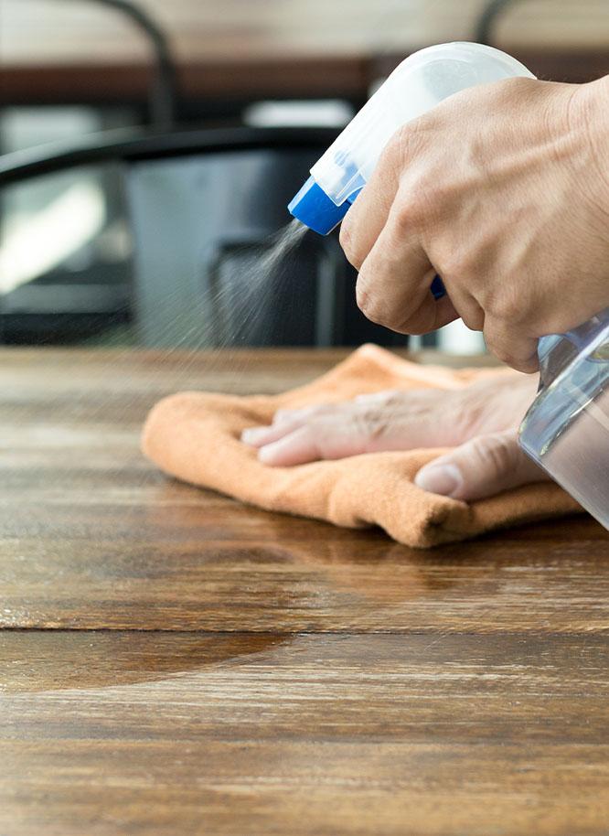 Reinigen Sie Ihre Tischplatten aus Holz mit hochwertigen Produkten von Holz Gar in Aumühle südlich von München..