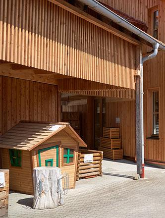Ausstellung im Außenbereich bei Holz Gar in Aumühle südlich von München.