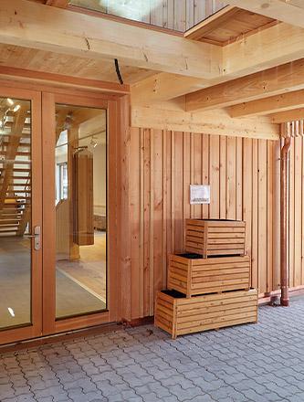 Pflanzkästen in der Außenausstellung von Holz Gar in Aumühle südlich von München.