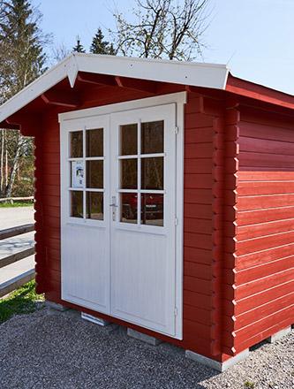 Rotes Gartenhaus aus Holz von Holz Gar in Aumühle südlich von München.