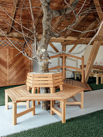 Gartenmöbel in der Ausstellung von Holz Gar in Aumühle südlich von München.