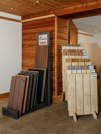 Terrassendielen in der Ausstellung von Holz Gar in Aumühle südlich von München.