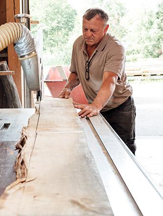 Herstellung einer Tischplatte aus Eichenholz bei Holz Gar in Aumühle südlich von München.
