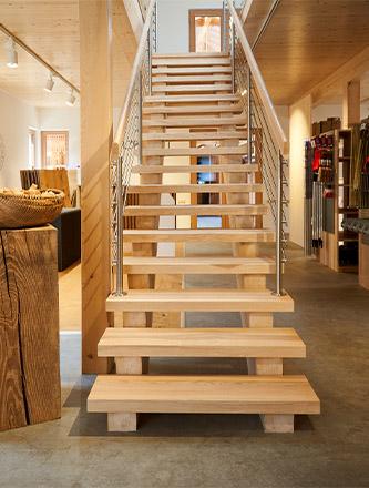 Treppe in der Ausstellung von Holz Gar in Aumühle südlich von München.